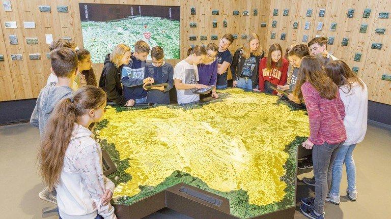 Augmented Reality: Ein digitaler Leuchttisch im Haus der Bayerischen Geschichte in Regensburg zeigt sämtliche Orte des Freistaats - und liefert Daten etwa zu historischen Details.
