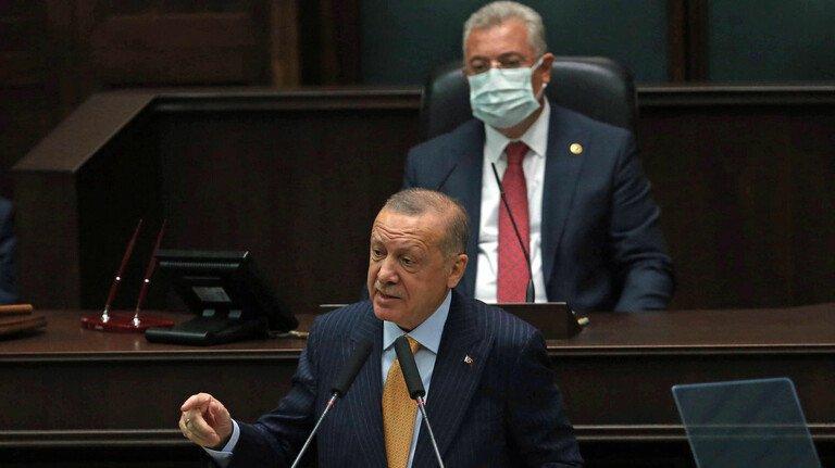 Harte Hand: Staatspräsident Recep Tayyip Erdogan vor dem türkischen Parlament.