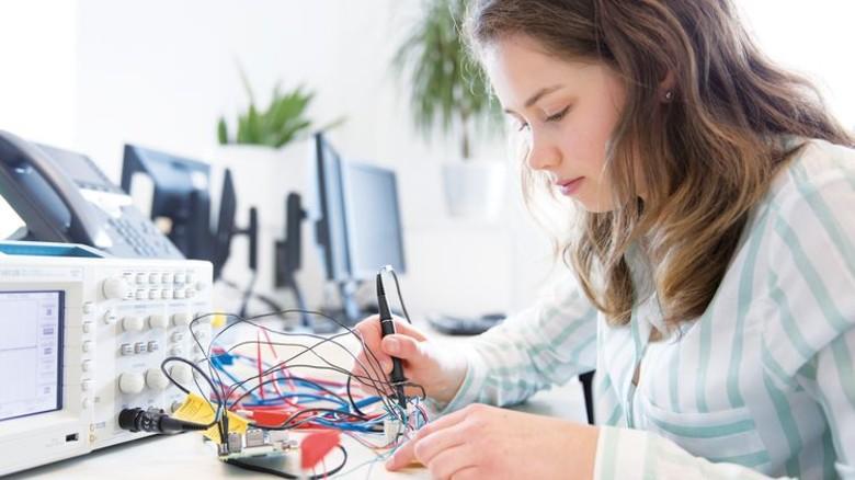 Studiert Elektrotechnik: Julia Heinrichs macht parallel dazu eine Ausbildung bei Wago, führender Hersteller von elektrischer Verbindungs- und Automatisierungstechnik. Foto: Wago