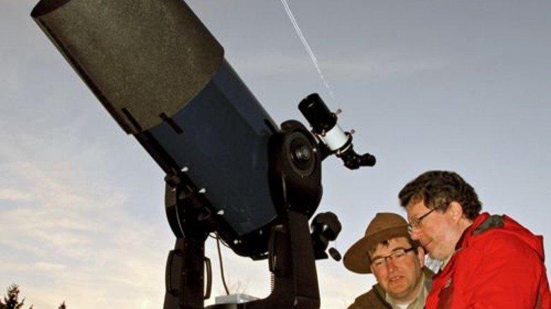 Am Teleskop: Astronom Harald Bardenhagen (rechts) erklärt das faszinierende Universum. Foto: Vanselow Medienzentrum Kreis Euskirchen