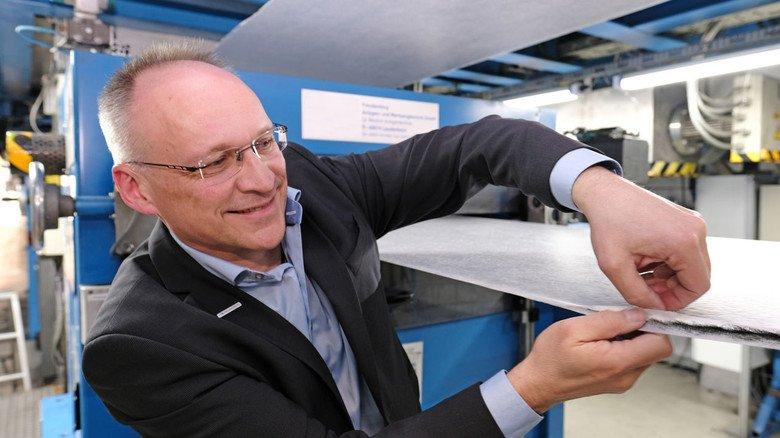 Kokosschalen mit Aufnahmevermögen: Werkleiter Erik Kennel zeigt, wie verkohlte Kokosschalen die Luft rein halten.