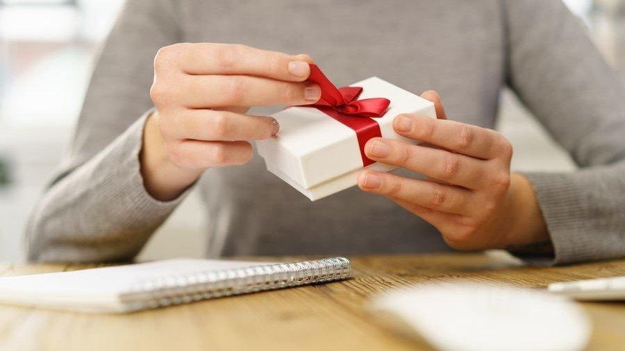 Weihnachtsgeschenke An Mitarbeiter Steuerfrei.Geschenke An Arbeitnehmer Was Erlaubt Und Was Verboten Ist