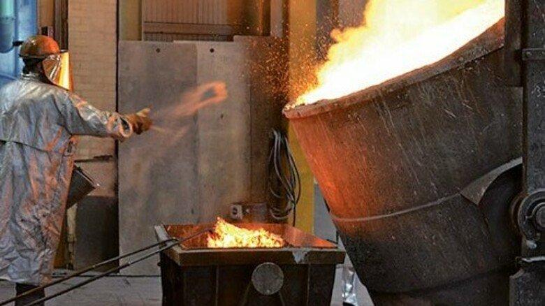 Heißer Job: Uwe Schneider wirft Partikel auf das flüssige Metall, mit denen die Schlacke gebunden wird. Foto: Mischke