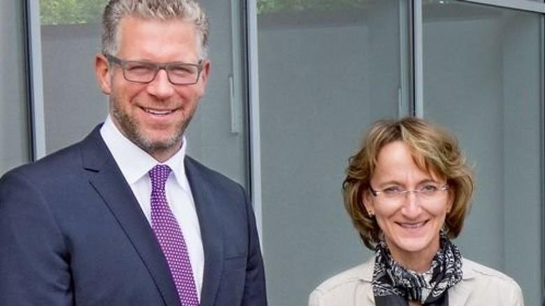 Crown Technologies zahlt Sprachkurs: Geschäftsführer Heiko Busse mit der Rellinger Bürgermeisterin Anja Radtke. Foto: Werk