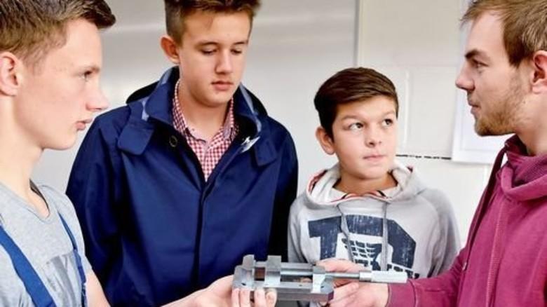 Auskunftsfreudig: Sebastian Meister (links) und Steffen Ohlig (rechts) beraten Schüler. Foto: Scheffler