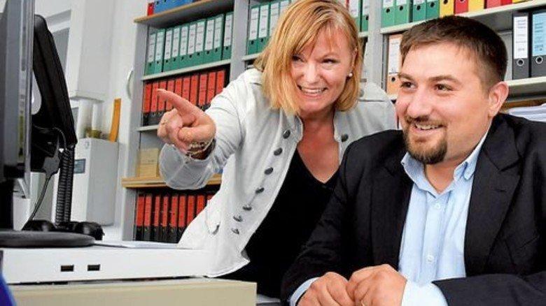 Unterstützung: Karin Ewald erklärt Jamil Kassab die Abläufe im Export. Foto: Sandro