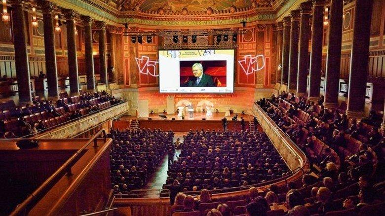 """Volker Bouffier: """"Halten Sie in jedem Gespräch die Fahne hoch für Europa."""" Foto: Scheffler"""