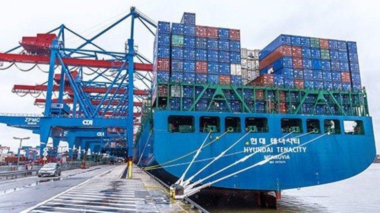 Welthandel: Ein großes Containerschiff liegt an der 1.400 Meter langen Kaimauer in Hamburg Altenwerder. Foto: Roth