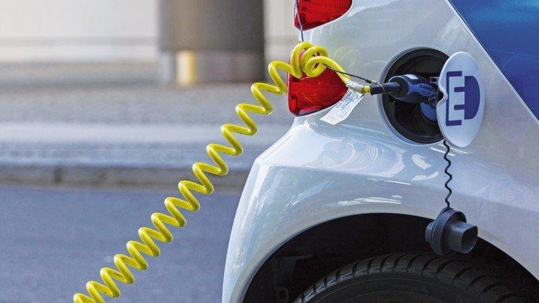Am Ladekabel: Im Jahr 2020 werden die deutschen Hersteller 100 Elektromodelle und Hybridautos im Angebot haben. Foto: dpa