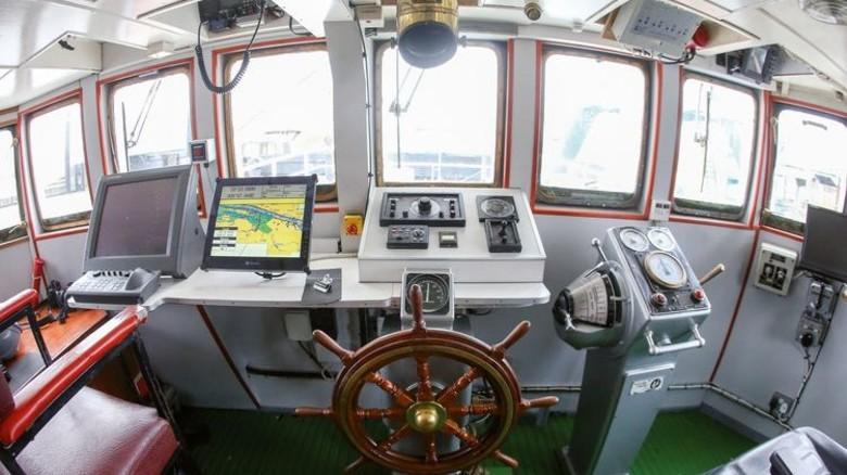 Kommandozentrale: Die Brücke des umgebauten Schiffes. Foto: dpa