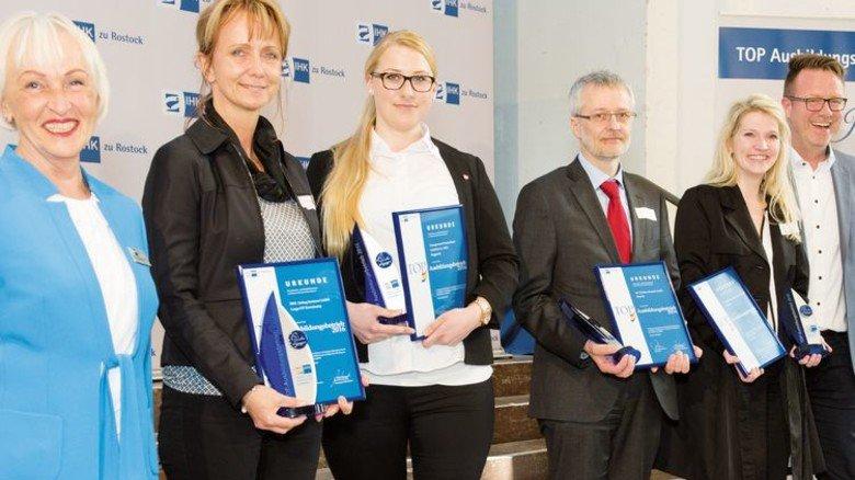Preisträger: Martina Jugert von TRW (Zweite von links) und Fred Wegener von MV Werften (Dritter von rechts). Foto: IHK Rostock