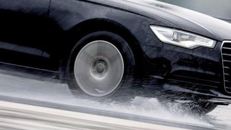 Aquaplaning: Sensoren sollen künftig den Zustand der Straßen überwachen. Foto: dpa