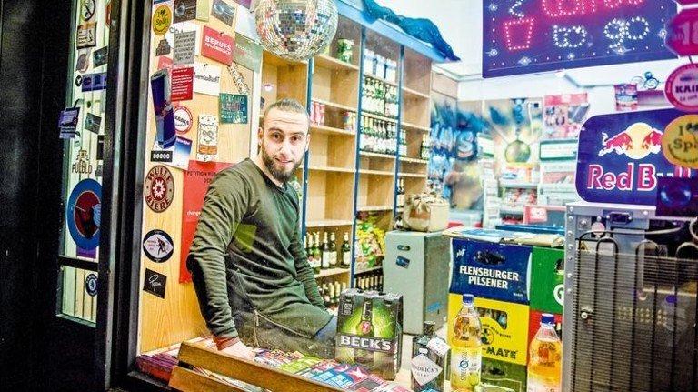 Feierabend? Kiosk-Betreiber Volkan Solak weiß gar nicht mehr, was das ist. Foto: Roth