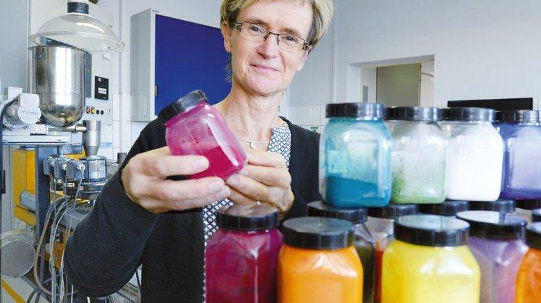 Auswahl: Rund 50 Farbmittel kann Heike Mahncke für den richtigen Farbton nutzen. Foto: Sturm