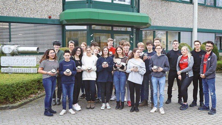 Vor dem Heimweg: Die Klasse 9c der Lübecker Geschwister-Prenski-Schule mit den Spardosen.