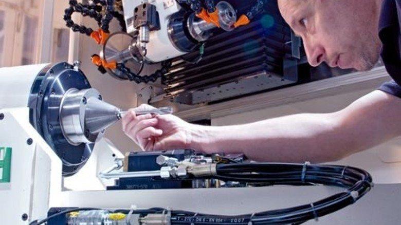 Konzentriert: Frank Reichel richtet eine Schleifmaschine ein … Foto: Moll