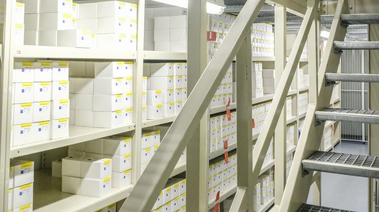 """Im Rohstofflager: Die Barcodes der Waren und Regale sind miteinander """"verheiratet""""."""