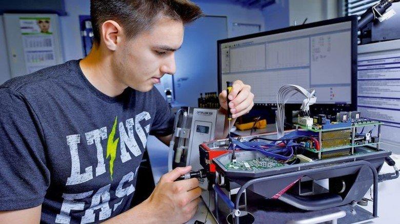 Funktionsprüfung: Marcus Nagel, angehender Elektroniker für Geräte und Systeme, testet die Pumpen eines Detektors. Foto: Augustin