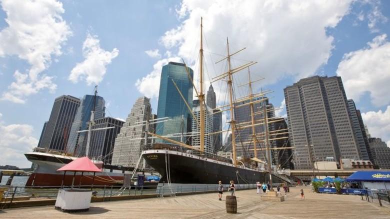 "Touristen-Attraktion: Seit 1975 liegt die ""Peking"" am Pier des South Street Seaport Museums in New York. Foto: Mauritius"