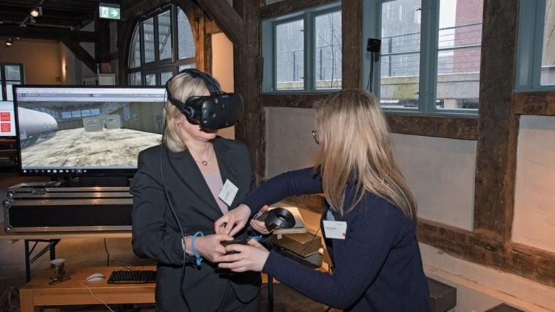 So geht Industrie 4.0: Eine Besucherin testet eine VR-Brille. Foto: Kreller