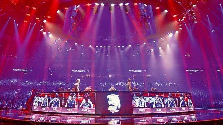 """Große Bühne: Spielepodium beim """"League of Legends""""-Endspiel. Fotos: Imago"""