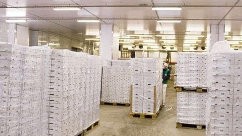 Kühlhalle: Fertig verpacktes Fleisch wartet auf den Abtransport zum Supermarkt. Foto: Straßmeier