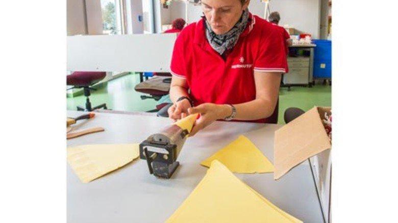 Vom Papier zum Kegel: Claudia Bachmann stellt aus geschnittenem Papier die einzelnen Strahlen her.  Foto: Straßmeier