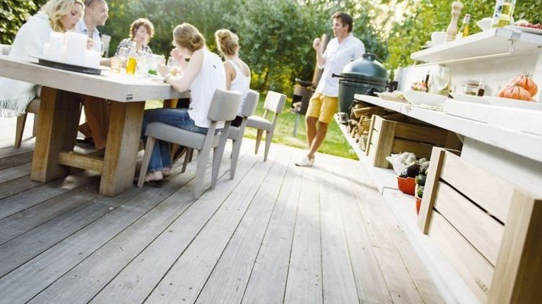 Gemütlicher Treff: Die Außenküche soll Gast und Gastgeber zusammenbringen. Foto: WWOO