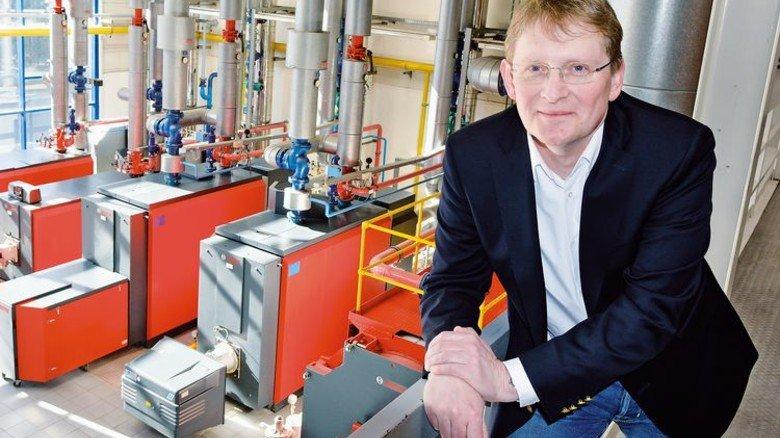 Im Kesselhaus: Oliver Barta vor den Heiztechnik-Anlagen im Werk Lollar. Foto: Scheffler