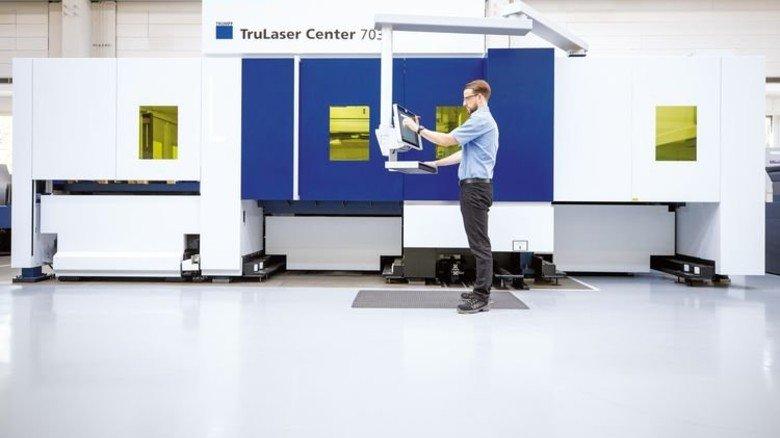 Mensch und Maschine: Nur selten muss der Bediener an der TruLaser Center eingreifen. Foto: Stoppel