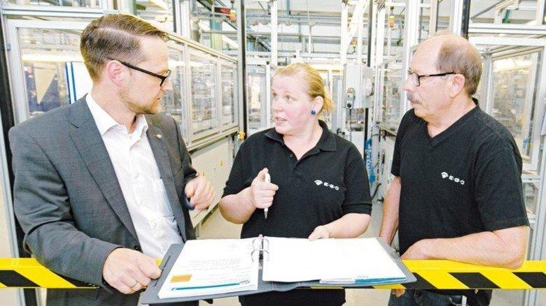 Praxisnah: Sandra Stocker, Personaler Daniel Stricker (links) und Lernberater Werner Kessler finden die Angebote der AgenturQ super. Foto: Mierendorf