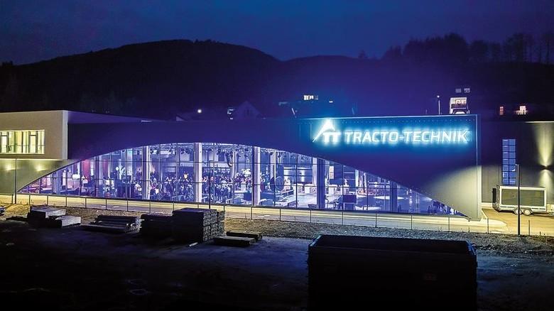 Futuristisch: Das neue Montage- und Logistikzentrum bei der Eröffnung. Es bietet 4500 Quadratmeter Nutzfläche bei einer Länge von 128 Metern. Foto: Werk