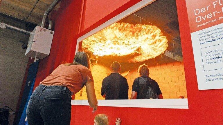 Spektakel: Im Flashover-Raum spüren Besucher die Hitze einer Feuerwalze. Kinder können von außen zugucken.