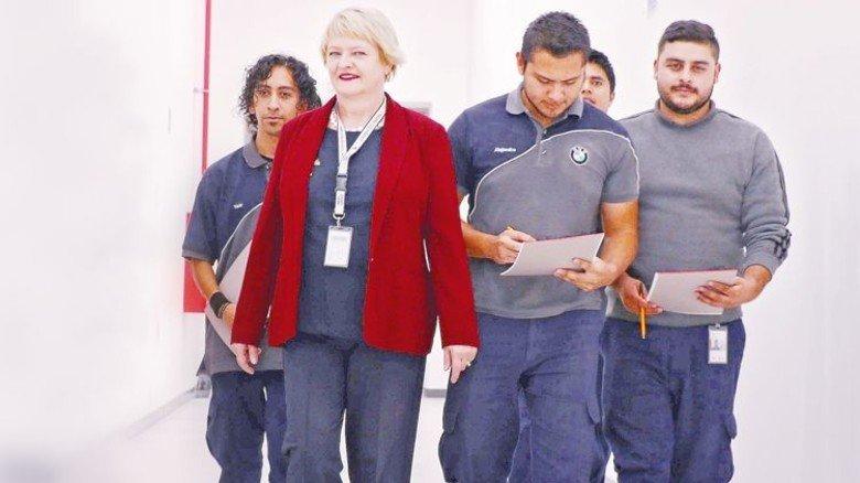 Esther Londrigo mit mexikanischen Kollegen: Sie organisiert deren Weiterbildung. Foto: BMW