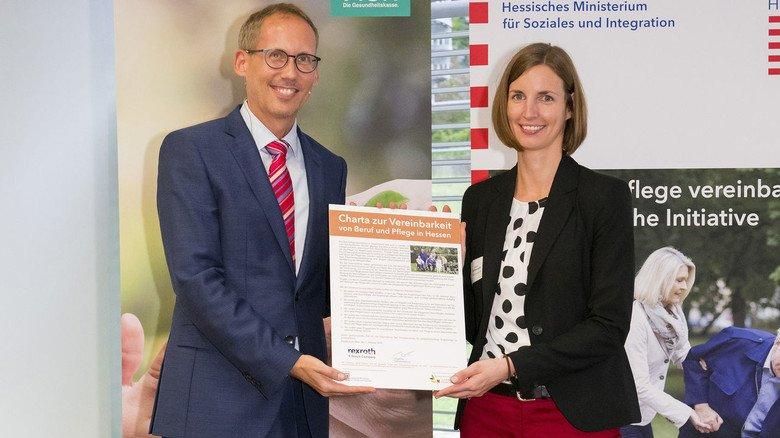 Charta-Verleihung: Der Hessische Sozialminister Kai Klose überreicht die Urkunde zur Pflege-Charta an Kristina Schlesinger vom Bosch- Rexroth-Werk in Erbach.