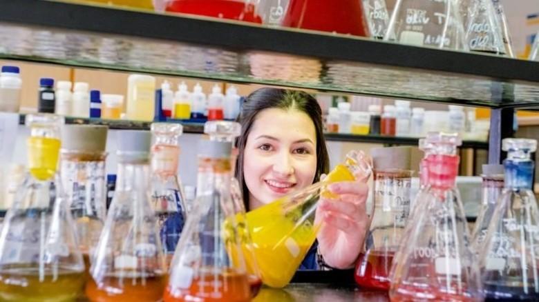 Im Labor: Die Produktveredlerin prüft hier unter anderem Farbmuster. Foto: Roth