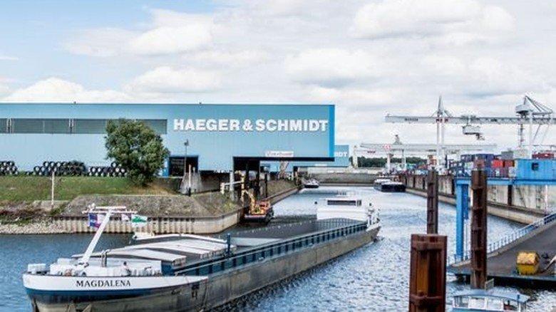 Binnenschiff: Ein Frachter fährt in den Duisburger Hafen. Foto: Funke