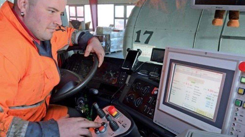 Am Steuer: Mit dem Rechner hat Sebastian Schleuder die Sanierung im Griff. Foto: Sturm