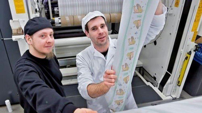 An der Maschine: Florian Hahne, Senior Manager Print & Customer Care (rechts), und Mitarbeiter Kevin Banazinski. Foto: Gossmann