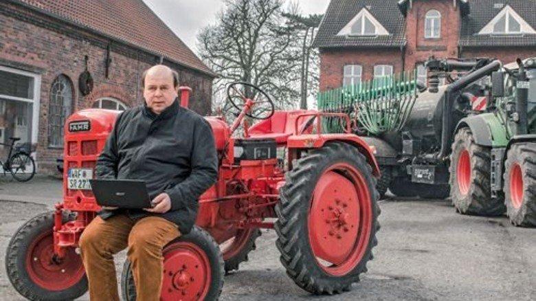 Landwirt mit Laptop: Martin Schulze Rötering auf seinem Hof. Der rote Trecker hat übrigens längst ausgedient… Foto: Roth