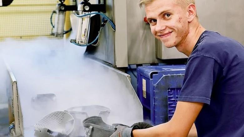 Erfolgreich beim Kaltentgraten: Johann Stranski hat wie alle KKT-Azubis einen Mentor. Foto: Gossmann