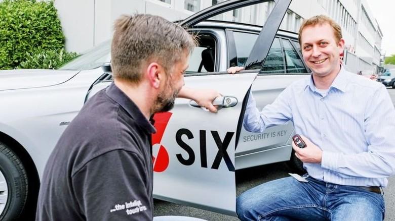 Klapp- oder Ziehgriff? Markus Janßen (rechts, mit Mitarbeiter Michael Dreckmann) stellt sicher, dass neue Produkte reibungslos funktionieren. Foto: Roth