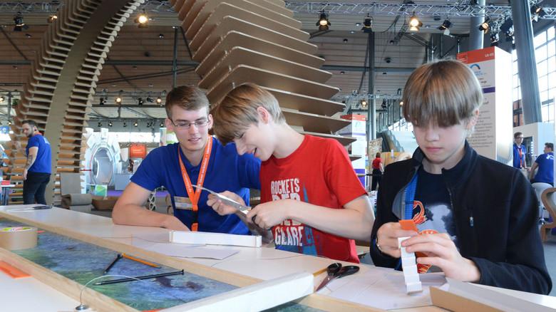 Eine Brücke in die Papierverarbeitung: Die Schüler fertigen kleine Papierbrücken – und testen später deren Stabilität.