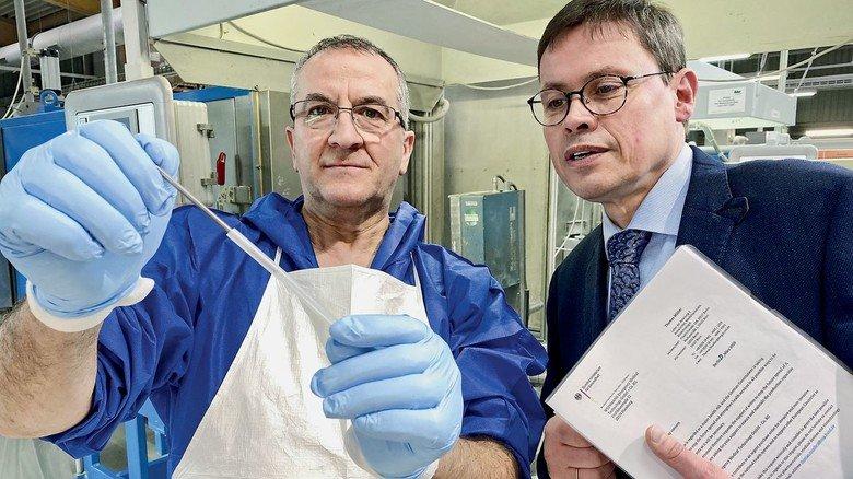 Systemrelevant: Geschäftsführer Ralf Stoffels (rechts) und Domenico Masiello mit einem Stück Beatmungsschlauch.