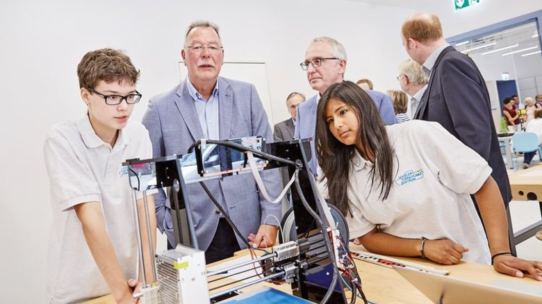 Fasziniert: Nordmetall-Präsident Thomas Lambusch bestaunt die Experimente der Jugendlichen. Foto: Höhne