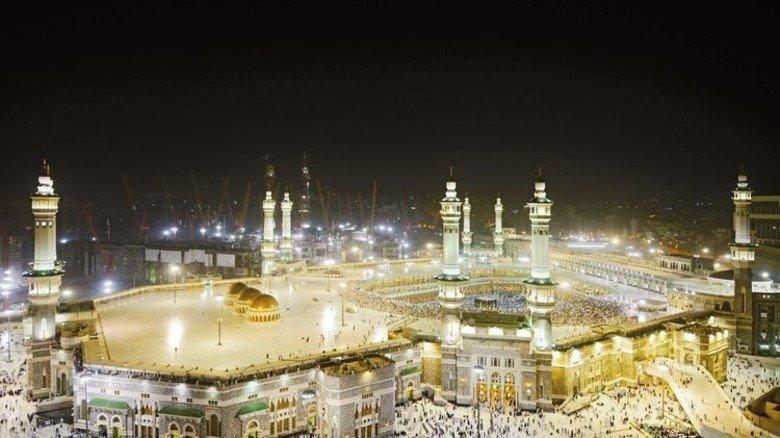 Großauftrag aus Mekka: Die Steuerung der Notstromanlage für die Heilige Moschee in dem Pilgerort stammt von Hanseatic Power Solutions. Foto: Adobe Stock