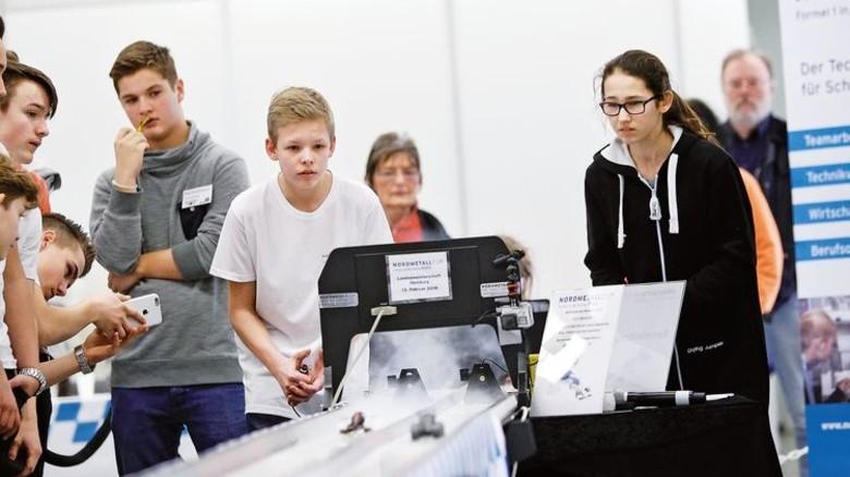 """Vollgas: Mit dem Projekt """"Formel 1 in der Schule"""" wird Technik greifbar. Foto: Spiering"""