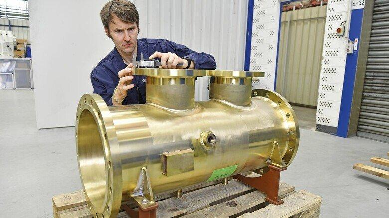 Das Herzstück der Anlage: Elektroingenieur Jürgen Wetzel an einem Reaktor, in dem das Ballastwasser später mit ultraviolettem Licht behandelt wird.