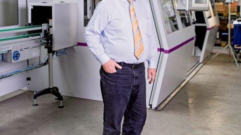 Nah am Kunden: Geschäftsführer Wolfgang Niemsch vor einer Anlage für den Iran. Foto: Küstner