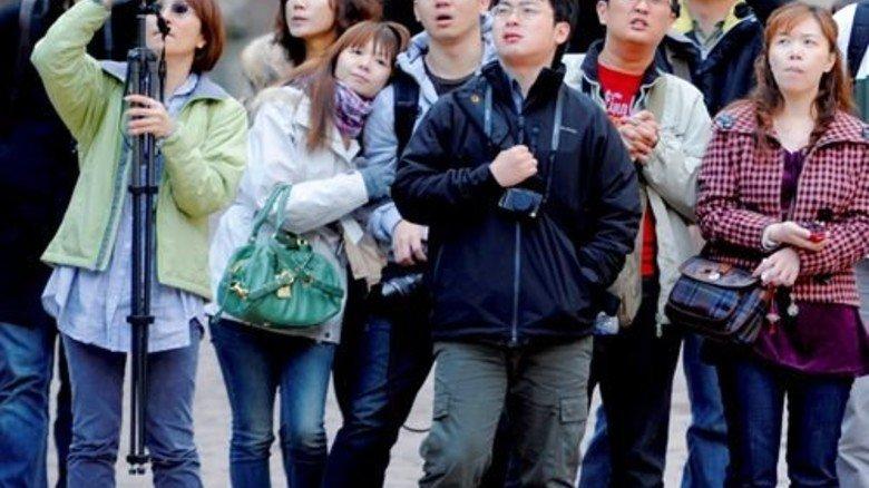 Im Rudel: Asiatische Touristen. Vielleicht alles Arbeitskollegen? Foto: dpa